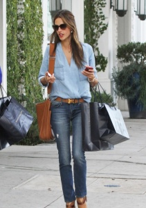 Le classique 5 poches embourgeoisé d'une ceinture Hermès, chemise casaque poches plaquées, négligemment enfilée.