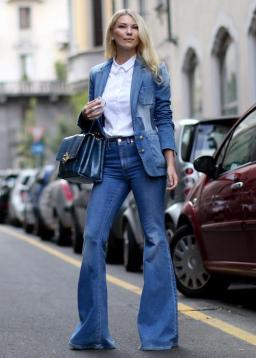 Veste tailleur et jean pattes d'eph, accessoirisés lady-like.