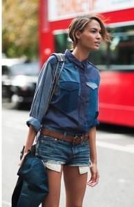 Chemise en patchwork multi denim, micro-shorts 5 poches classique, accessoirés de piéces vintage.