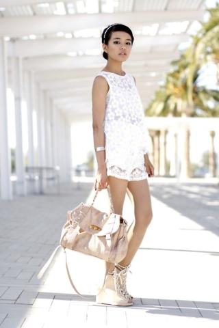 Attualissimo! Résolument actuel! Zieutez vers les couleurs pastels pour les accessoires qui accompagnent le tout blanc.
