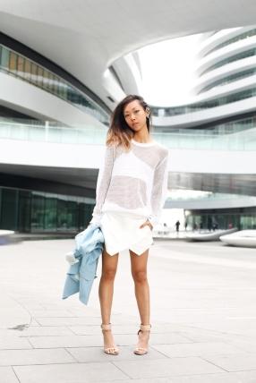 Le tricot en résille joue la transparence en rendant l'association des blancs plus harmonieuse.