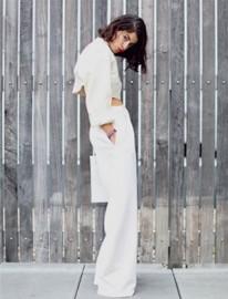 Deux nuances de blancs associées pour un crop top et un pantalon. D'accord!...mais attention à la découpe, s'il est taille haute comme celui-ci choisissez une coupe plus structurée! Moins bouffant:((((